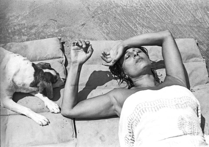 Anna Magnani nella sua villa a San Felice Circeo (Roma), 1955. Foto Paolo Di Paolo, © Archivio Paolo Di Paolo