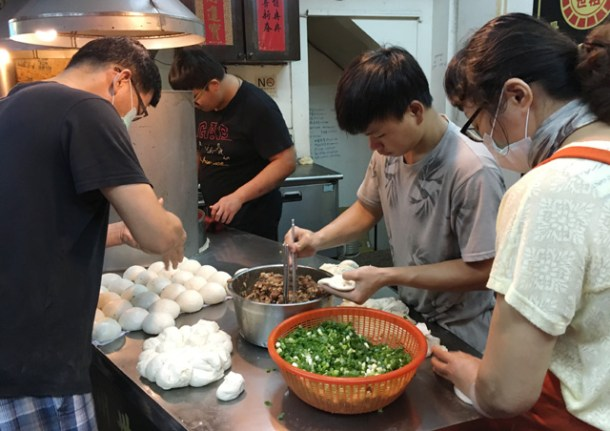 Four people making pepper pork buns - eat in Taipei