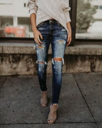 Hottest Women Summer Outfits Ideas With Ripped Jeans To Try23