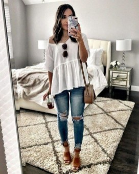 Hottest Women Summer Outfits Ideas With Ripped Jeans To Try25