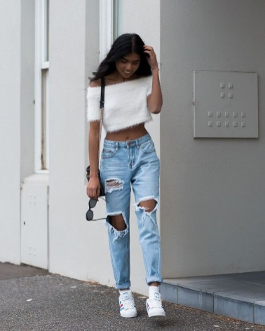 Hottest Women Summer Outfits Ideas With Ripped Jeans To Try30