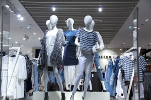 Mannequins dans la devanture d'un magasin