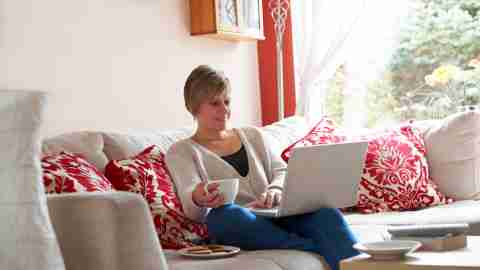 A woman using a laptop to help her organize her schedule helping to simplify life.