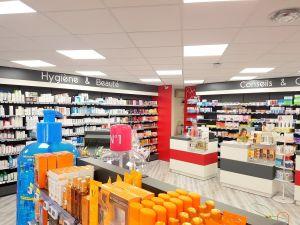 Aménagement d'une pharmacie par Adeco Breizh à Quiberon