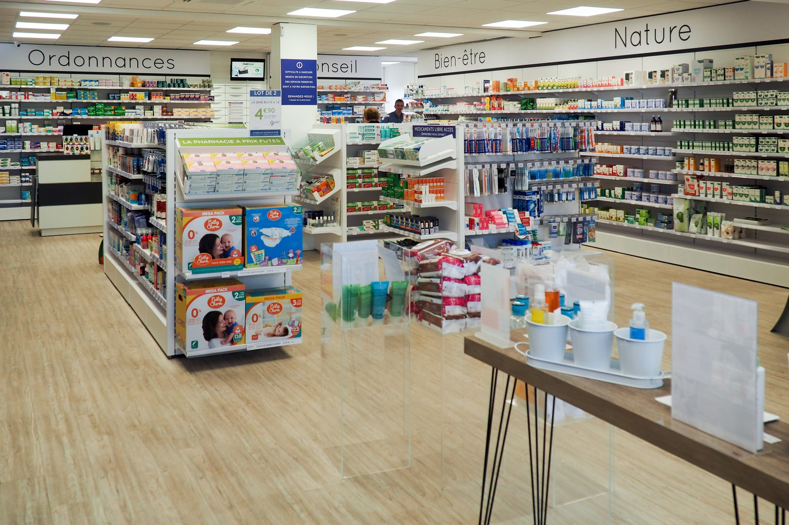 Agencement complet d'une pharmacie à Tréméven