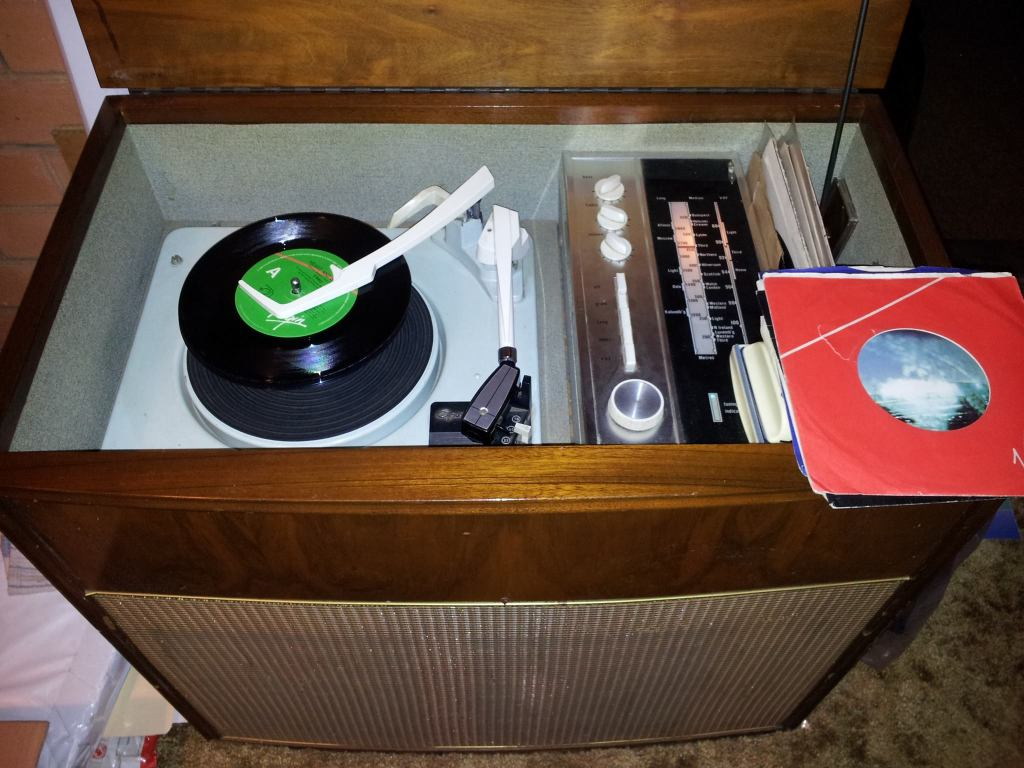 Photo courtesy of Dale Sanders. An original radiogramme with automatic record changer