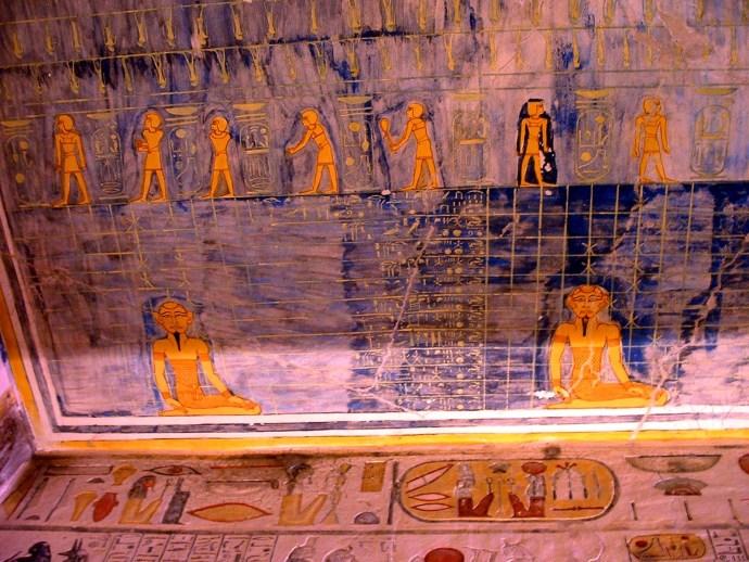 Imagen del techo del corredor de la tumba de Ramses IX en el valle de los Reyes donde se reconoce una de las cartas estelares de los relojes ramésidas. © Cortesía de Margarita Sanz de Lara.