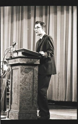 Noam Chomsky hablando contra la guerra de Vietnam en 1969 (National Museum of American History).