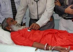 Los médicos examinan a Prahlad Jani