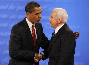 Obama palmea en la espalda a Mc Cain, en un claro gesto de dominación