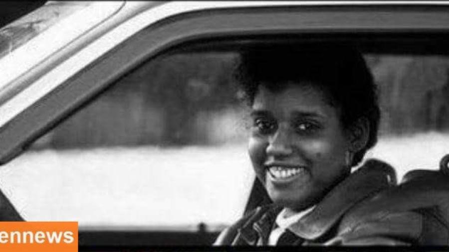 بالصورة.. هذه هي اول امرأة عربية تقود السيارة في عدن