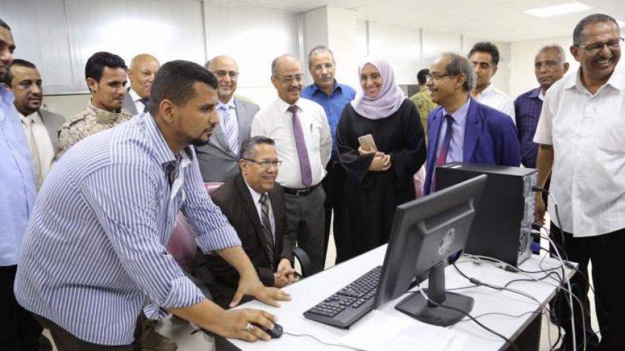 بن دغر يدشن العمل بنظام التحويلات المالية من عدن