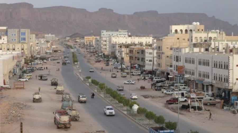 قدمته الإمارات للجماعات المسلحة.. اسلحة ثقيلة ومتوسطة في إحدى المدارس الحكومية بعتق (صورة)
