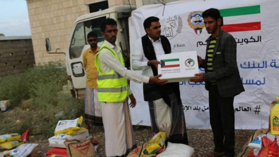 تدشين توزيع سلال اغاثية قدمتها دولة الكويت للنازحين في سقطرى