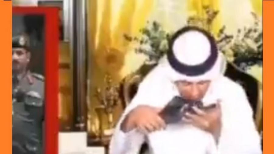 شاهد آخر مظاهر لعق الأحذية.. مذيع إماراتي يقبّل حذاء محمد بن زايد على الهواء (فيديو)