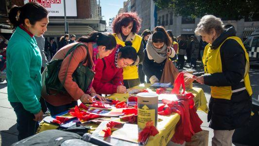 """来自中国的基督徒在""""自由的红丝带""""上签名(图:方正)"""