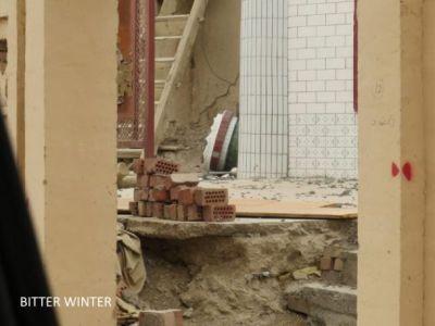 图一:清真寺顶部的柱子被拆毁,院内一片狼藉