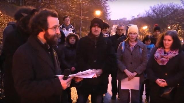 福音派Mikuláš Vymětal牧师向参与者介绍祈祷会内容(图片来源:Youtube资料画面)