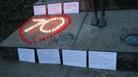 用三种语言写的经文表达了活动参与者对中国基督徒的支持