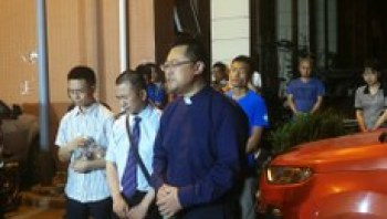 王怡牧师与信徒离开派出所。(志愿者提供/记者乔龙)