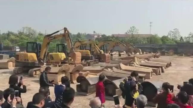 江西强推火葬 警察抢棺毁墓