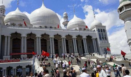 为信仰和警方对峙,大批宁夏回民守卫清真寺