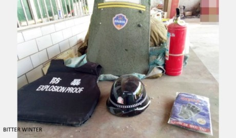 中共当局强迫新疆汉族居民购买防暴用品
