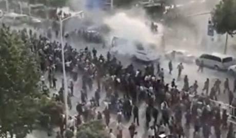 山东上千老兵维权与警冲突 灭火器还击催泪弹 终不敌镇压被驱散
