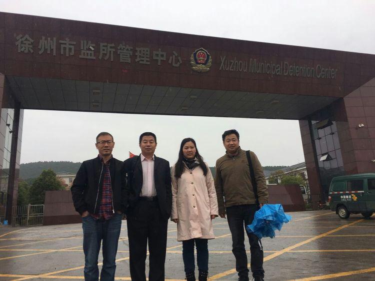 许艳(右二)在3名律师陪同下,到徐州市要求会见余文生。