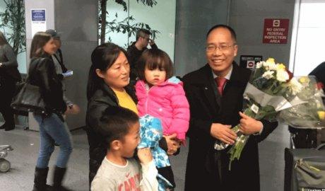中国人权人士赵常青2018年12月17日在旧金山机场与亲人团聚(公民力量照片)