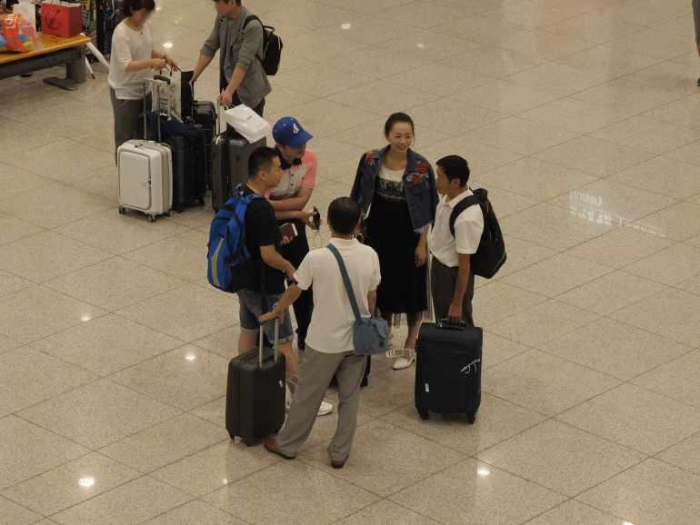 图片:贾志刚夫妻去机场接亲属(图:知情人提供)