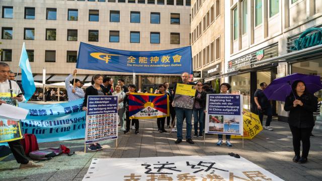 多团体齐聚科隆大教堂前举行集会,声援香港五大诉求