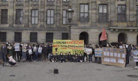 众人齐聚水坝广场举行集会,声援香港五大诉求