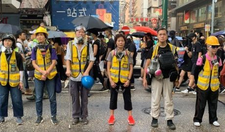 """香港""""守护孩子"""" 长者义工站成人墙,保护示威者游行,避免警方采取升高紧张的行动。(记者郑崇生摄) Photo: RFA"""