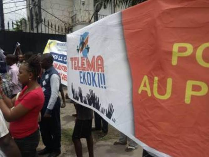 des jeunes du mouvement TELEMA EKOKI, devant l'ambassade américaine à Kinshasa.