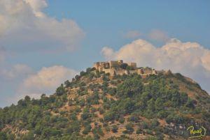 """El """"Castell de Claramunt"""", se edificó durante el siglo X bajo el arte románico, en una colina a 453 m de altura, en lo que actualmente es el municipio de La Pobla Claramunt, Barcelona, España. Posee una superficie de 5400 m²."""