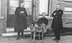 Pastoor Henri van de Loo met twee collega's Foto: Archief KDC - Nijmegen