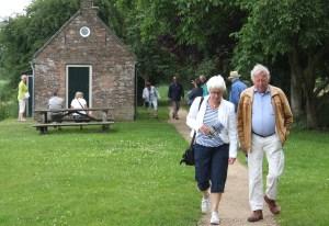 Niet alle tochtgenoten hebben belangstelling voor het oude Washuis langs de Linge
