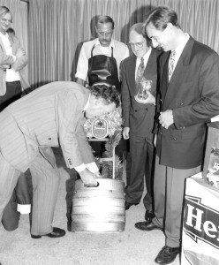 De tapper van het eerste bokbiertje moest zelf het vat aansluiten, onder toeziend oog van Kees Zijlstra (PvdA), Jan van Groesen en, op afstand, Erik van der Meulen (Foto: Cees Zorn, den Haag)