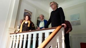 Ria Roerdink, Coen Vernooij en Paul van Hontem in de hal van Stichting Moria