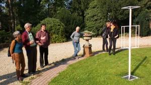 Toelichting van Coen Vernooij in de tuin van Stichting Moria