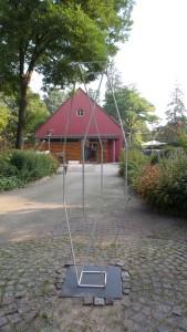 Op het plein voor het atelier van Paul van Hontem