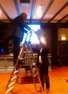 Johan I overhandigt Ad Lansink (op de ladder) Schaaralaaf 300 (Foto: Carl Strik)