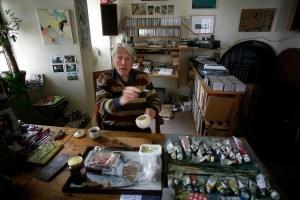 Theo Elfrink in zijn atelier in de Nijmeegse spoorbrug (2007) Foto: Ger Loeffen
