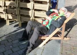 Rob Hoogveld, met emeritaat bij de krant, rust even uit op de Grote Markt