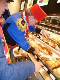 Ger Leenders op zoek naar warme saucijzenbroodjes (foto: Ad Lansink)