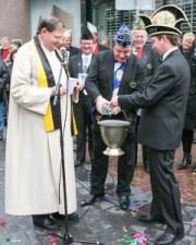Stasiu I (Teunissen) en Frans II (Hendiks) assisteren Bernard van Welzenes bij de inzegening van de Hommage (2006)