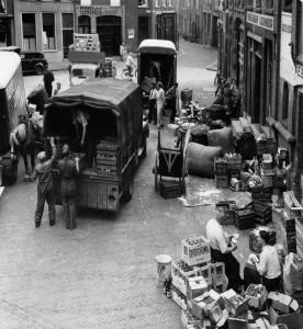 Bedrijvigheid op de Korenmarkt, 1955 (GA 6427 - Fotograaf onbekend)