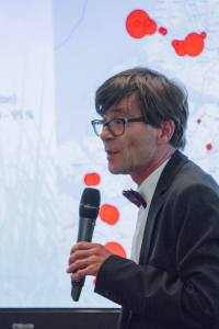 Stijn Mattheij over groei of broei: op de achtergrond de Rijn-Schelde-Delta met de rode (CO2) vlekken