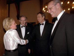 Nieuwspoortdiner 2006: Max de Bok met Tony Blair, Joke de Boer en Paul Nouwen Bron: DE Telegraaf, Foto: Jos van Leeuwen